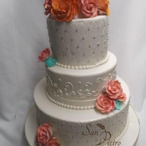 Classique à trois niveaux gâteau de coupe de diamant / classic three tier Diamond cut cake