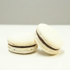 macaron blanc avec chocolate ganache / white macaron with chocolate ganache